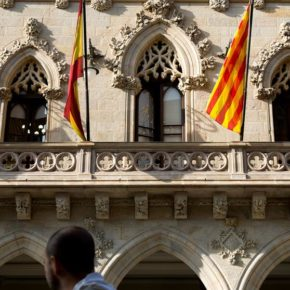 La denuncia de Ciudadanos (Cs) Terrassa consigue que el alcalde ordene la retirada de símbolos partidistas de la fachada del Ayuntamiento